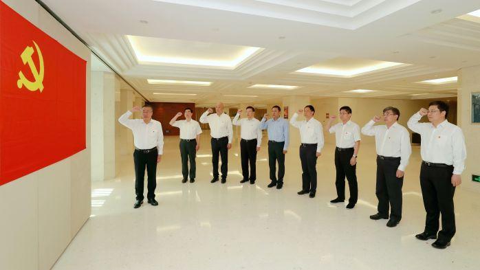 nb88新博客户端集团党组举行重温入党誓词活动